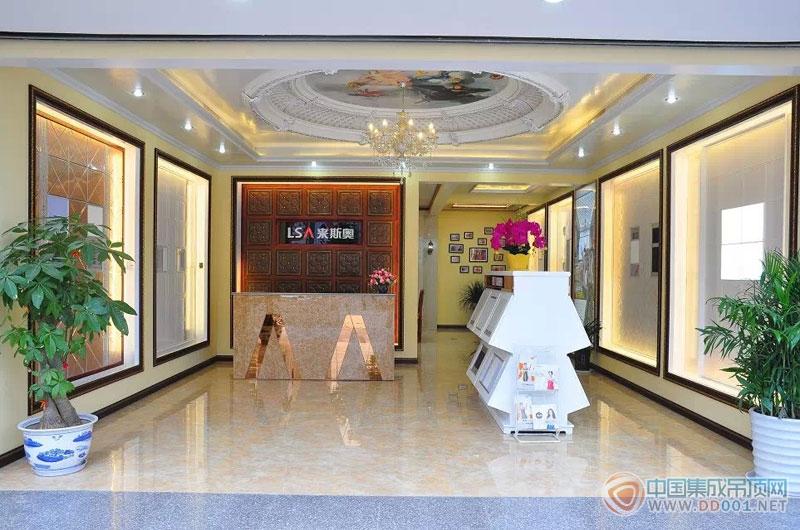 浙江来斯奥电气有限公司成立于1986年,是中国最早、产能最大的集成吊顶生产企业之一。来斯奥公司集设计、研发、生产为一体,以OEM和全国品牌加盟代理制为两大核心业务板块,执着专注于集成吊顶行业,现已跻身于中国十大吊顶品牌行列,成为集成吊顶行业的领头羊。 目前,来斯奥拥有年产电器2500万台、扣板年产200万平方米、ISO14001认证取暖器生产线10条、LED照明生产线4条、智能型注塑机56台、100-200T油压机20台、6.