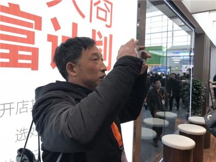 参观者拍照