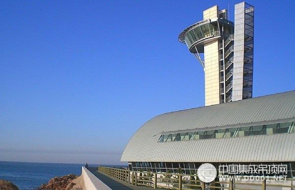 奥运会帆船比赛媒体指挥中心大厦。青岛九环吊顶建材承接了整个项目的金属天花铝扣板供货