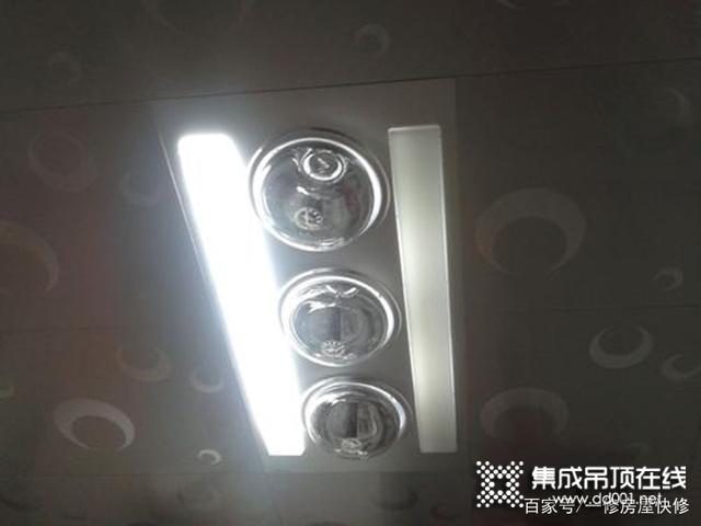 吊顶浴霸灯坏了怎么换,巧用吸盘解决浴霸面板取不下来的难题